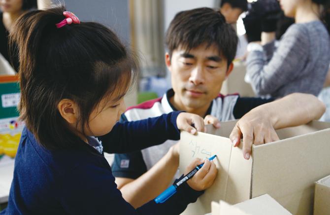 부모님과 함께 펜 건강검진을 하고 있는 모습. - 김인규, 최은영, 현수랑 기자 제공