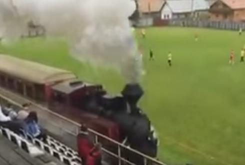 기차가 지나는 축구 경기장?