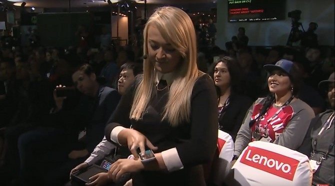 레노버 행사에서 애니매이션 제작자 메간 매커시가 손목에 착용 할 수있는 벤더블 스마트폰 시제품을 손목에 착용해 보이고 있다. - 레노버 유투브 동영상 캡처 제공