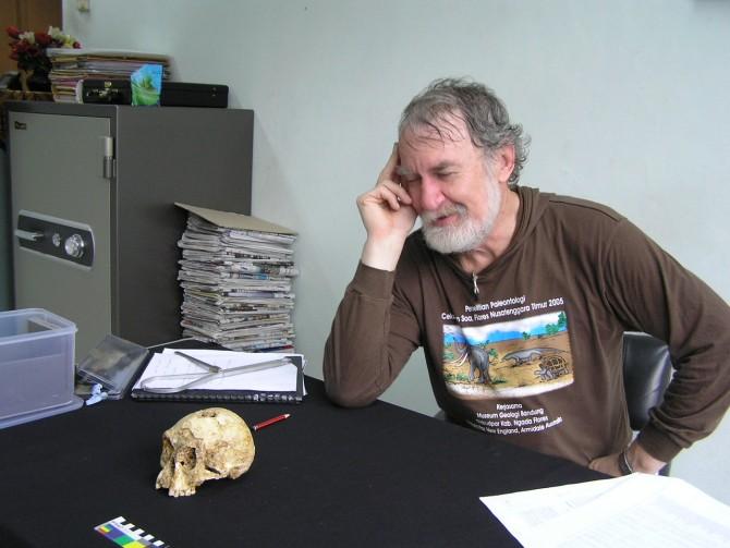 이번 두 편의 논문에 공동저자로 이름이 오른 마이크 모우드 교수는 2013년 63세에 암으로 사망했다. 호빗 두개골을 지켜보는 포즈를 취한 모우드 교수. - 울런공대학 제공