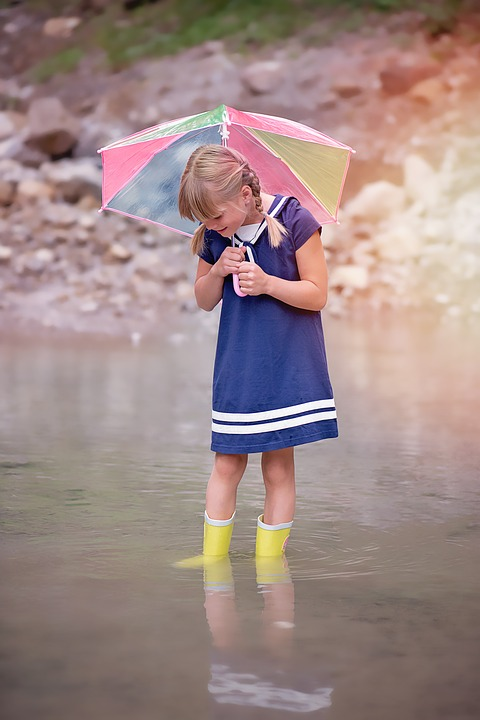 장마철에 아이들도 많이 신는 레인부츠는 신문지나 제습제를 이용해 습기를 제거해 줍니다. - pixabay 제공