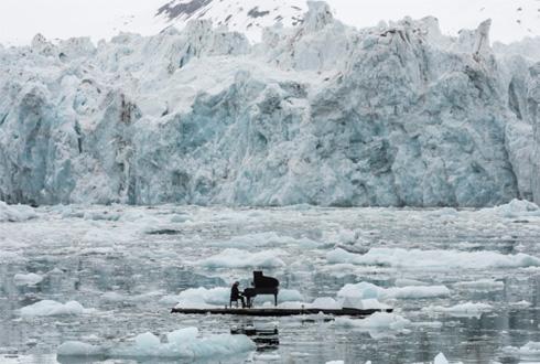 북극 바다 위에서 피아노 연주