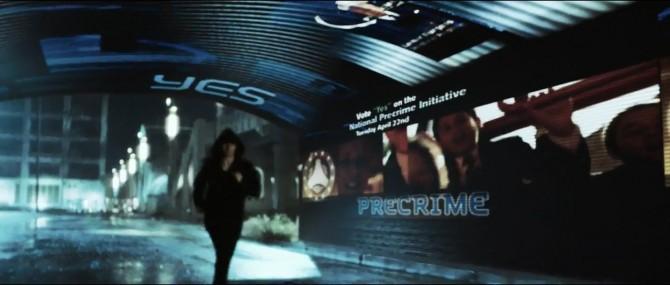 영화 마이너리티 리포트에서 주인공 톰 그루즈가 미래에 발생할 범죄 장면을 분석하는 모습 - 이십세기폭스코리아 제공