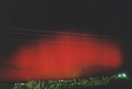 적기(赤氣)의 실제 모습. 미국 텍사스주 서부에서 2013년 10월 29일 새벽 찍은 사진이다. 북위 32도 내외인 중저위도에서 이 정도 밝기의 오로라가 나타나는 건 매우 드문 일이다. - NOAA 제공
