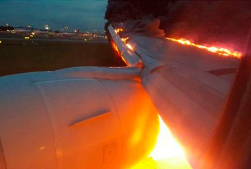 비상착륙 여객기 엔진에 불붙어