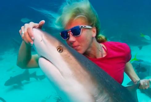 상어와 키스하는 여자