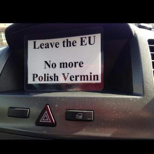 """브렉시트 후 영국에 사는 한 폴란드 가족의 집에는 """"폴란드 해충들은 꺼져라""""는 카드가 붙었습니다. 인디펜던트 지에 따르면, 브렉시트 후 인종 학대나 이민자 증오로 인한 범죄가 100건 이상 발생했다고 합니다. - fencelt 트위터 제공"""