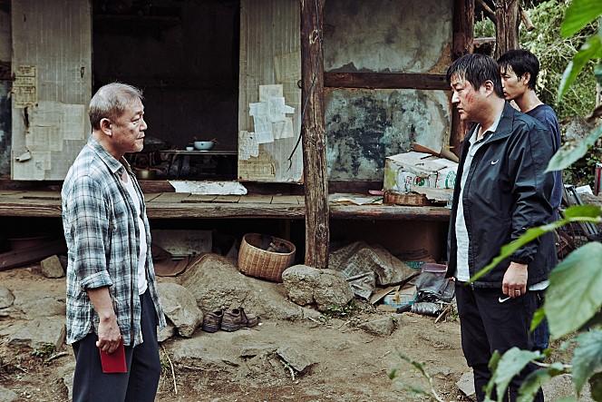 영화 '곡성'의 한 장면. 외부인의 등장으로 마을 전체에 의문의 사건들이 벌어집니다. 그 불행은 과연 누가 만들어낸 것일까요? - 곡성 제공