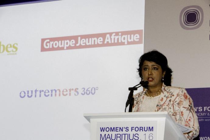 아프리카 여성 포럼에서 발표 중인 아미나 구립파킴 대통령의 모습. - 한국 로레알 제공