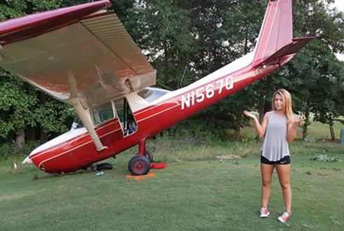 17살 조종사, 추락한 비행기 앞에서 기념 촬영
