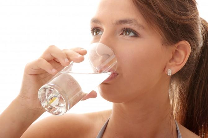 충분한 수분 섭취는 체내 염도를 낮추는데 도움을 준다. - 클립아트코리아 제공