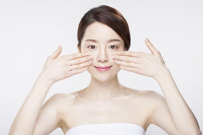 간단한 얼굴 지압과 마사지로도 부기 제거에 도움이 된다. - 클립아트코리아 제공