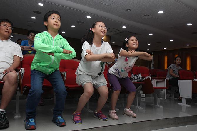 기자단 친구들이 전문 트레이너를 따라 운동을 배우고 있다. - 김은영 기자 gomu51@donga.com 제공