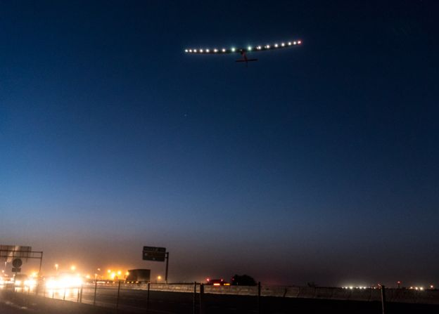 11일 오전 스페인 세비야국제항공에서 이륙한 태양광 비행기 '솔라임펄스2'. 이번 비행은 태양광 비행기로는 처음으로 도전하는 세계 일주의 마지막 여정으로, 이집트 카이로를 향해 3600㎞를 비행한다. - 솔라임펄스재단 제공