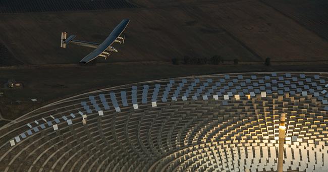 스페인 제마솔라 태양열 발전소 상공을 날고 있는 태양광 비행기 솔라임펄스2. - 솔라임펄스재단 제공