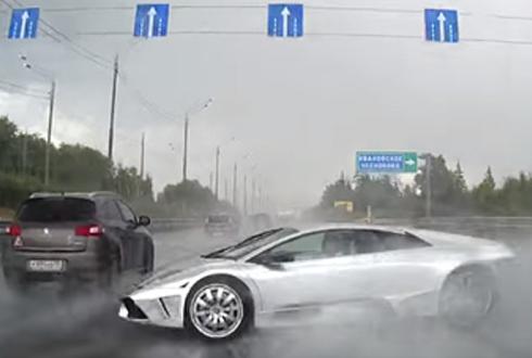 우아한 람보르기니 교통사고 장면