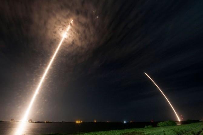 미국의 우주개발기업 스페이스X가 미국 플로리다에 위치한 케이프커내버럴 공군기지에서 재활용이 가능한 2단 우주 로켓 '팰콘9'를 18일 오후 1시 45분경(이하 한국 시간) 발사하고, 1단 로켓을 지상 착륙시켜 회수하는 데 또 한 번 성공했다. 왼쪽 광선은 팰콘9에 실려 국제우주정거장(ISS)을 향해 날아가는 화물선 '드래곤(Dragon)'이 내뿜은 불꽃이고, 오른쪽 광선은 분리된 뒤 다시 대기권에 진입한 1단 로켓이 공기와의 마찰로 불길에 휩싸인 채 지상으로 돌아오고 있는 모습이다. - 스페이스X 제공