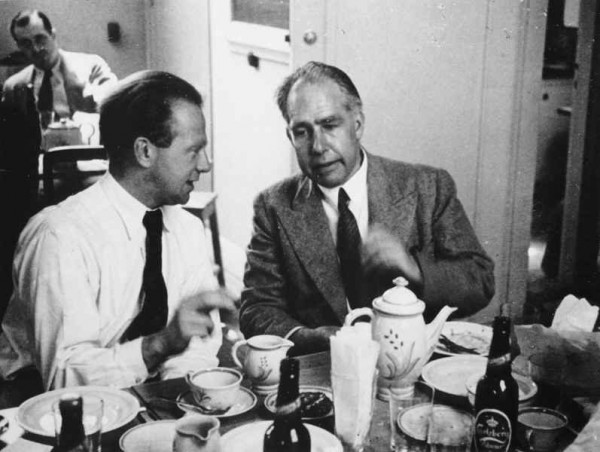 1934년 코펜하겐에서 열린 컨퍼러스에 참석한 하이젠베르크(왼쪽)와 보어. 이들은 부자와도 같은 친밀한 사이였다.