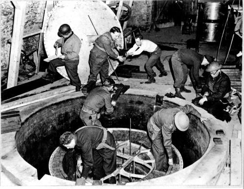 1945년 4월 미국의 특수부대 '알조스'는 독일 하이걸로흐의 산 속 지하실에 있는 우라늄 원자로를 접수한 뒤 해체했다. 당시 독일은 연쇄반응에 들어가는 수준이었지만 안전장치가 미비해 만일 더 진행됐더라면 오히려 위험했을 상황이었다.