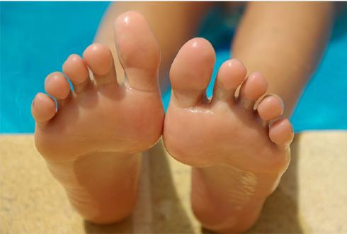 손에는 핸드크림 듬뿍, 그런데 발에는 왜 안발라?