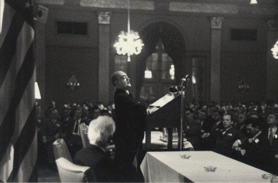 미국 경제학회에서 연설중인 슘페터. 그는 케인즈와 함께 20세기 초를 대표하는 경제학자였습니다.