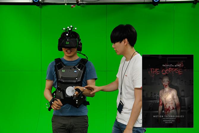 기자와 함께 VR을 체험하러 간 서동준 기자가 자신의 앞날을 모른 채 체험 전 콘텐츠에 대한 설명을 듣고 있다. - 최지원, 모션테크놀로지 제공