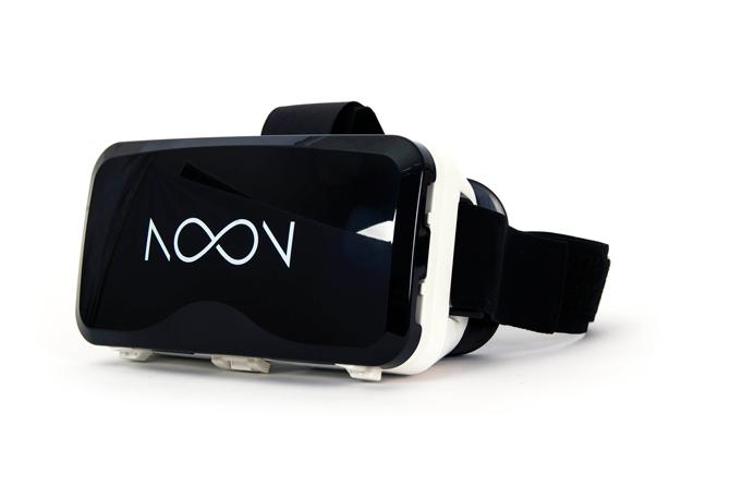 에프엑스기어의 눈 VR(NOON VR) 기기. 위의 덮개를 열고 스마트폰을 고정시킬 수 있다. 운영체제에 상관없이 4.7~5.7인치 사이의 다양한 스마트폰과 호환된다. - 에프엑스기어 제공