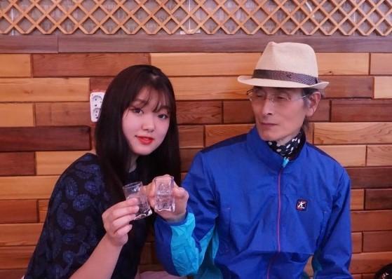 숯진주 술잔을 탄생하게 한 아버지와 함께. 김경희 대표 부녀는 모두 술을 좋아한다고 한다. 경험에서 우러난 발명이야말로 가장 가치 있는 발명이라는 사실을 몸소 보여준 셈이다. - 숯진주연구소 제공