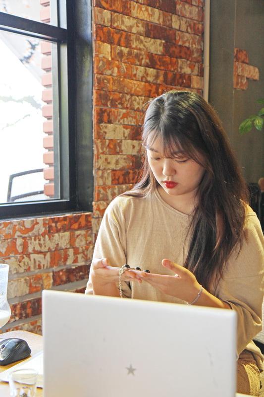 김 대표가 어머니에게 인정받은 계기가 된 발명품, 숯진주 팔찌를 들여다보고 있다.  - (주)동아사이언스 제공
