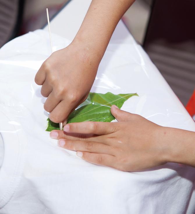 제거한 외래식물로 티셔츠를 염색하는 모습. - 이서연 작가(AZA Studio) 제공