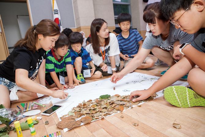 캠프 참가자들은 숲에서 수집한 다양한 생물들의 흔적으로 결과물을 제작했다. - 김은영 기자, 김정 기자 제공
