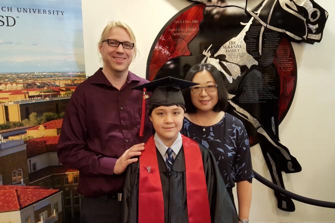 지난 5월 온라인 강좌를 수강한 텍사스테크고등학교(온라인학교) 졸업식에서 아빠, 엄마와 함께 한 컷.  - 정해리 제공