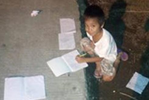 야밤에 가로등 밑에서 공부하는 아이 '포착'