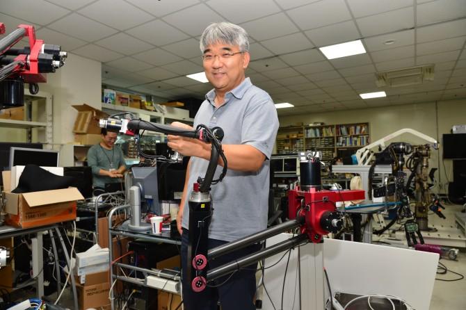 오용환 한국과학기술연구원(KIST) 로봇연구단장팀이 개발하고 있는 가상역감장비. 로봇팔 두 개로 이뤄져 있는 역감장비는 상하좌우로 잡아당기면 10㎏짜리 물건을 드는 느낌을 준다. - KIST 제공