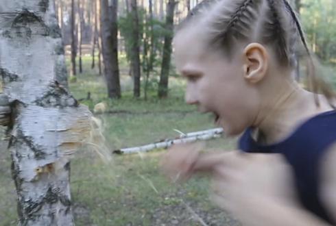주먹으로 나무를 부수는 소녀, 깜짝