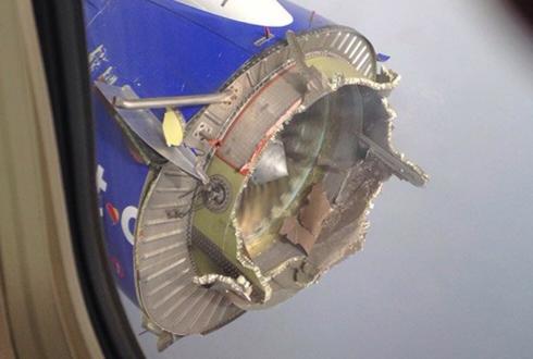 공중에서 폭발한 여객기 엔진 '공포'