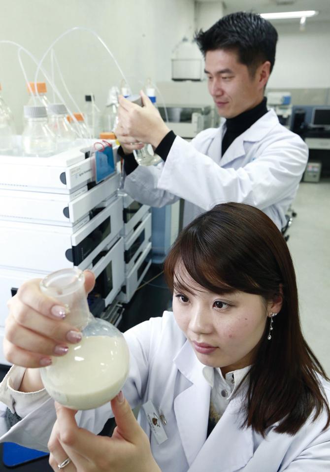 우유를 검사하고 있는 매일유업 중앙연구소의 연구원들. - 현수랑 기자 hsr@donga.com 제공
