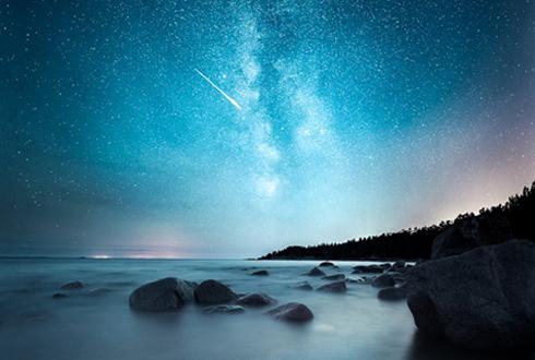 유성과 별이 수놓은 핀란드의 밤하늘