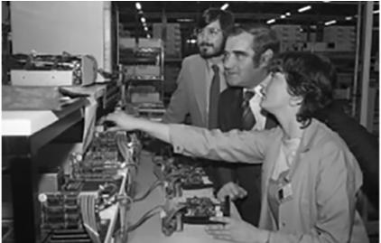 스티브 잡스 애플 창업자 (왼쪽)가 1980년 아일랜드 코크 지역의 애플 공장을 둘러보고 있다.   - 애플 홈페이지 제공