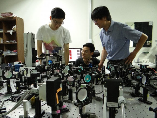IBS 분자 분광학 및 동력학 연구단은 빛으로 분자를 포착하여 이를 촬영하는 분자 동영상 개발을 목표로 한다. 지난 7월에 선임된 최원식 부연구단장은 광학 이미징 구현에 집중한 연구를 수행 중이다. - IBS 제공