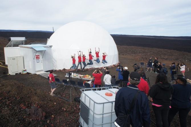 2013년 6월 13일, 세 번째 HI-SEAS를 마치고 나온 연구원들이 돔 앞에서 포즈를 취하고 있다. - 하와이대 제공