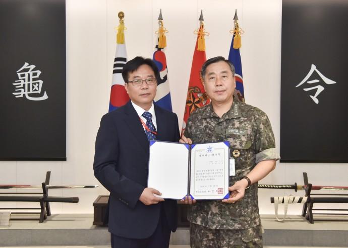 정정훈 연구원(사진 왼쪽)은 지난 7월 해군본부로 부터 명예 준장으로 위촉받는 위촉식을 가졌다. - 한국기계연구원 제공