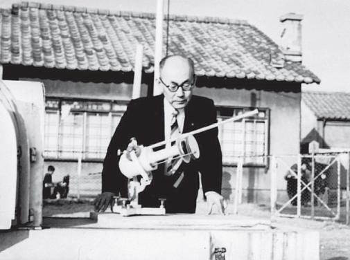 서울 관측소에 처음 도입, 설치된 은반직달일사계로 일사량을 관측하고 있는 이원철 박사의 생전 모습(1959년). - 한국천문연구원 자료 제공