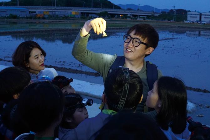 올 봄 배윤혁 연구원은 수원청개구리 현장교육을 진행했다. - 어린이과학동아 제공