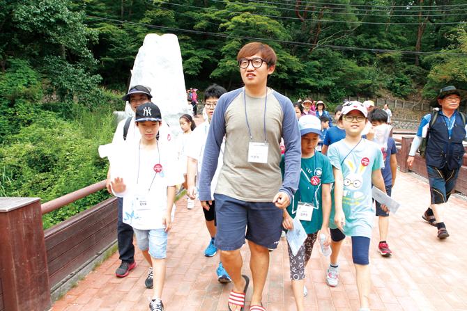 여름 숲 캠프 곤충 탐사에서도 배윤혁 연구원을 만날 수 있었다. - 어린이과학동아 제공