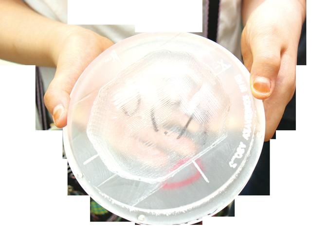 암세포 모양대로 만든 틀. 양성자선은 이 틀을 통과해 환자 몸 속의 암세포만 정확하게 치료한다. - 이윤선 기자 petiteyoon@donga.com 제공