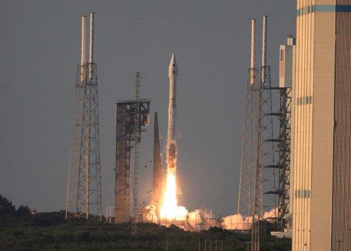 미국항공우주국(NASA)의 첫 소행성 탐사선 '오시리스-렉스(OSIRIS-Rex)'를 실은 로켓 '아틀라스V'가 발사돼 날아가고 있는 모습. 오시리스-렉스는 2018년 소행성 '베누(Bennu)'에 도착할 예정이다. - NASA 제공