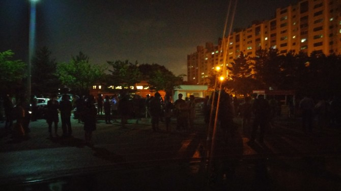 경북 포항시 인근 아파트 주민들이 지진에 의해 강한 진동이 느껴지다 아파트 밖으로 나와 불안에 떨고 있다.