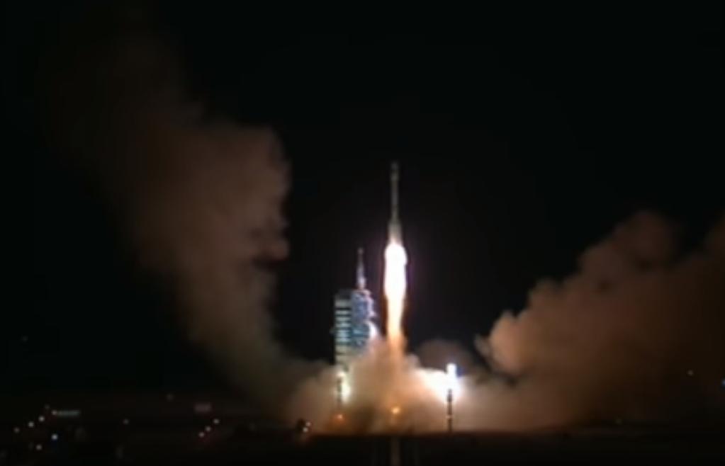 15일 중국 간쑤 성 주취안위성발사센터에서 시험용 우주정거장 '톈궁 2호'를 실은 우주로켓 '창정(長征) 2호'가 지구 궤도로 올라가고 있다. 중국은 2024년 국제우주정거장(ISS)이 퇴역하면 세계에서 유일하게 우주정거장을 가진 나라가 된다.