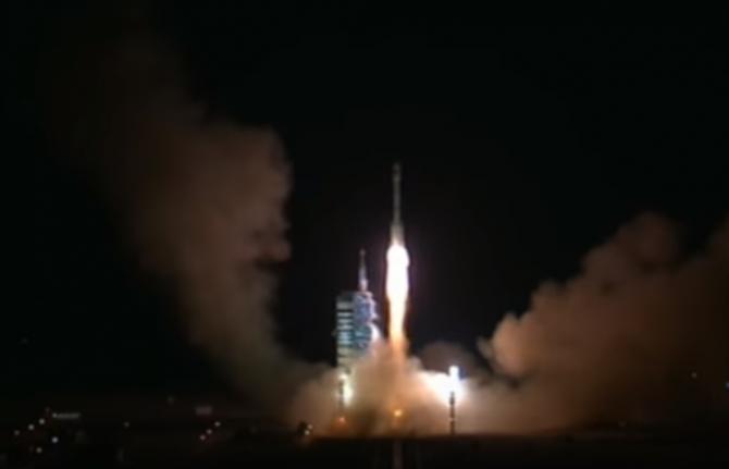 15일 중국 간쑤 성 주취안위성발사센터에서 시험용 우주정거장 '톈궁 2호'를 실은 우주로켓 '창정(長征) 2호'가 지구 궤도로 올라가고 있다. 중국은 2024년 국제우주정거장(ISS)이 퇴역하면 세계에서 유일하게 우주정거장을 가진 나라가 된다. - 중국